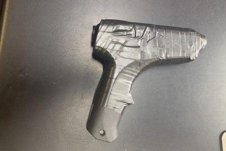 simulacro de arma com papelao e fita isolante x