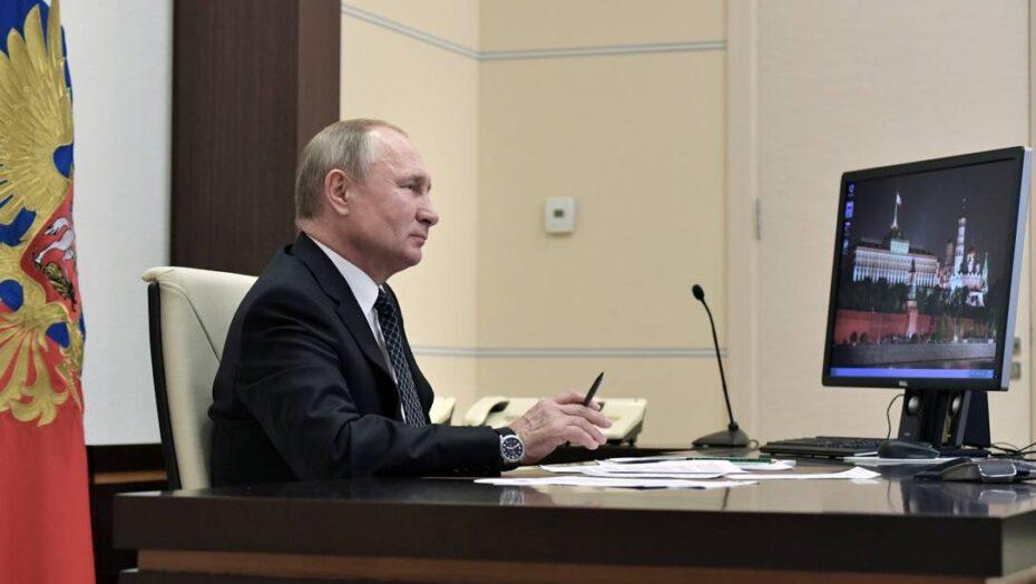 x Russian President VladimirPutin looks at a display as he listens to VI WorldSkills Hi jpg pagespeed ic aMTyXlLX