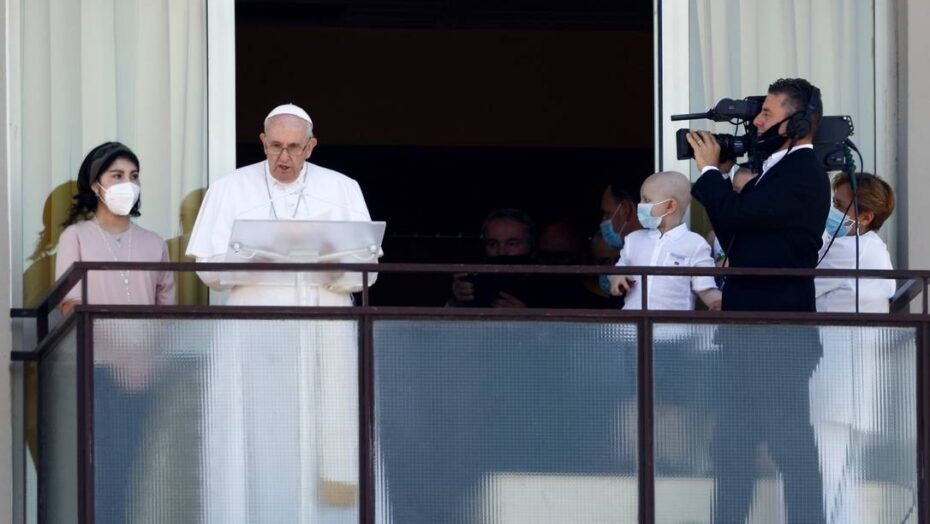 x Pope Francis leads the Angelus prayer from a balcony of the Gemelli hospital as he recovers jpg pagespeed ic J pQyggeV