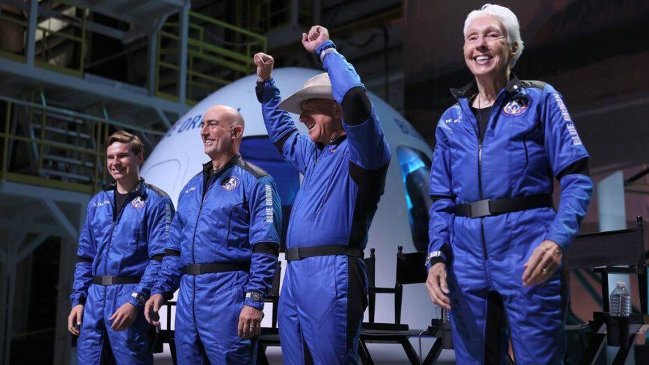 x VAN HORN TEXASJULY Blue Origins New Shepard crew L R Oliver Daemen Mark Bezos Je jpg pagespeed ic gPg EDJsK