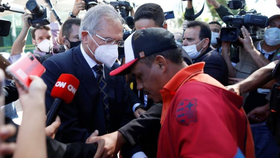 x Brazils Economy Minister Paulo Guedesgives money to a street beggar after a ceremony jpg pagespeed ic EXUBVbSmal