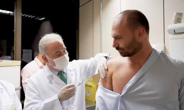 """Depois de mandar """"enfiar máscara no rabo"""", eduardo bolsonaro toma vacina contra covid"""