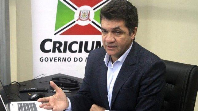 Prefeito demite professor que exibiu clipe de criolo e diz não tolerar 'viadagem'