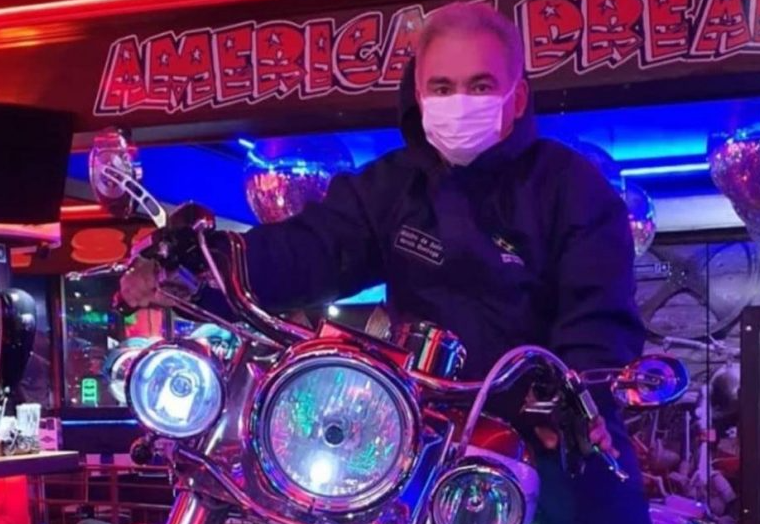 """Queiroga posa em cima de moto e diz: """"tô indo entregar vacina"""""""