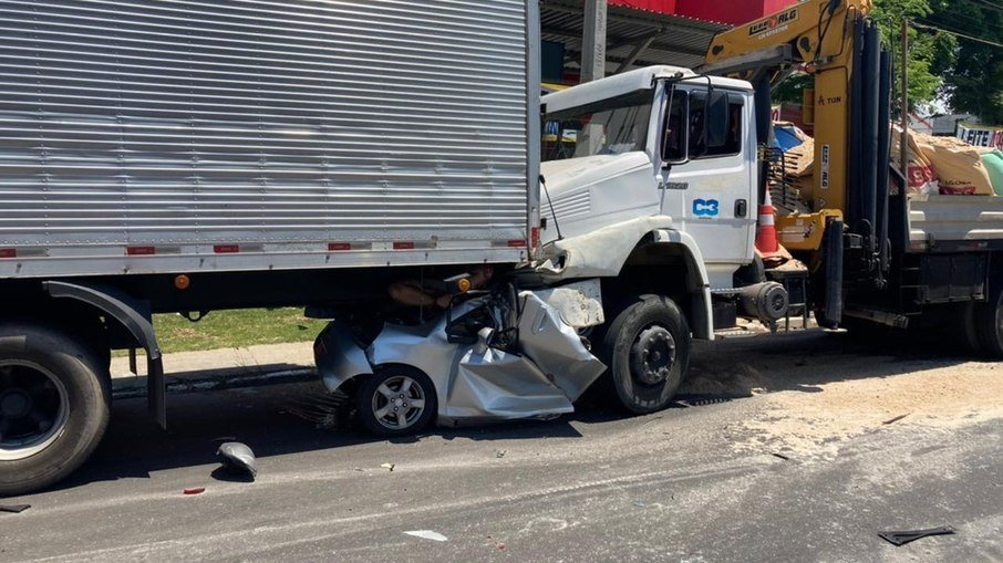 Carro é prensado por caminhões e duas pessoas morrem; vídeo mostra ferragens