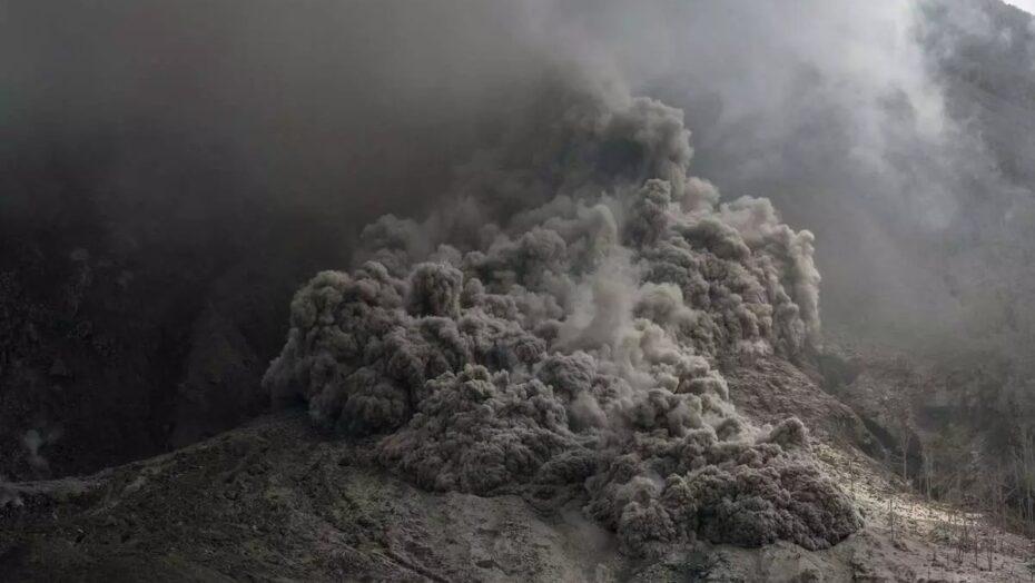 Vulcão que pode gerar tsunami que chegaria ao brasil entra em alerta