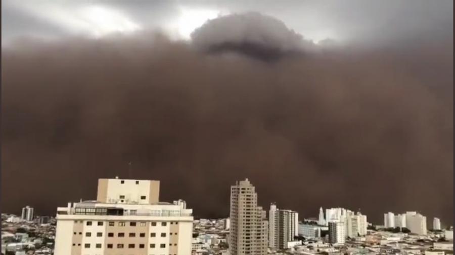 Nuvem gigante de poeira encobre cidade no interior de são paulo; veja o vídeo