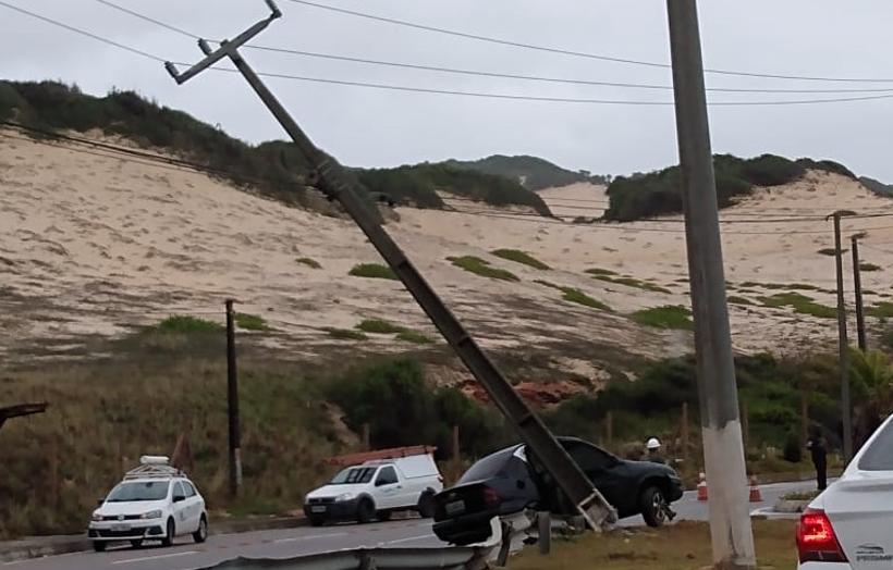 Carro bate e poste tomba na via costeira; trânsito fica lento na região