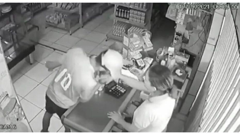 Assaltante se despede de atendente com beijo na mão após roubar caixa de padaria