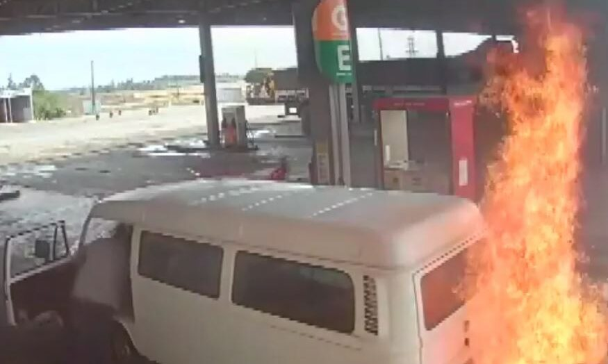 VÍdeo: kombi pega fogo em posto de combustíveis