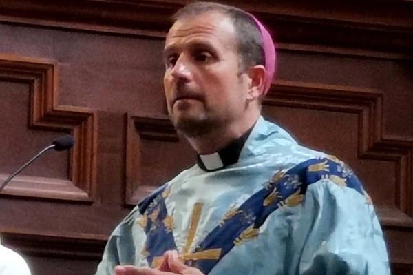 """Bispo deixa igreja e assume namoro com escritora de livros eróticos e satânicos: """"eu me apaixonei"""""""