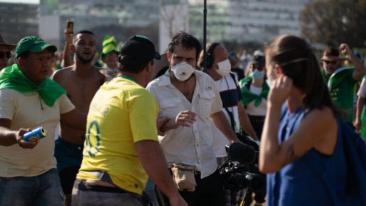 VÍdeos: bolsonaristas agridem e expulsam jornalistas no fim da manifestação