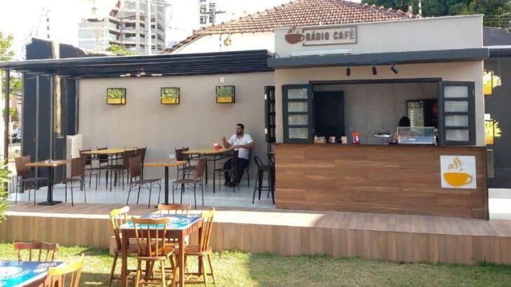 Descasados e solteiros tardios já elegeram um local para paquerar dentro da faixa etária: o rádio café