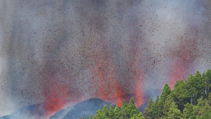 Vulcão de cumbre vieja em la palma, nas ilhas canárias, entra em erupção
