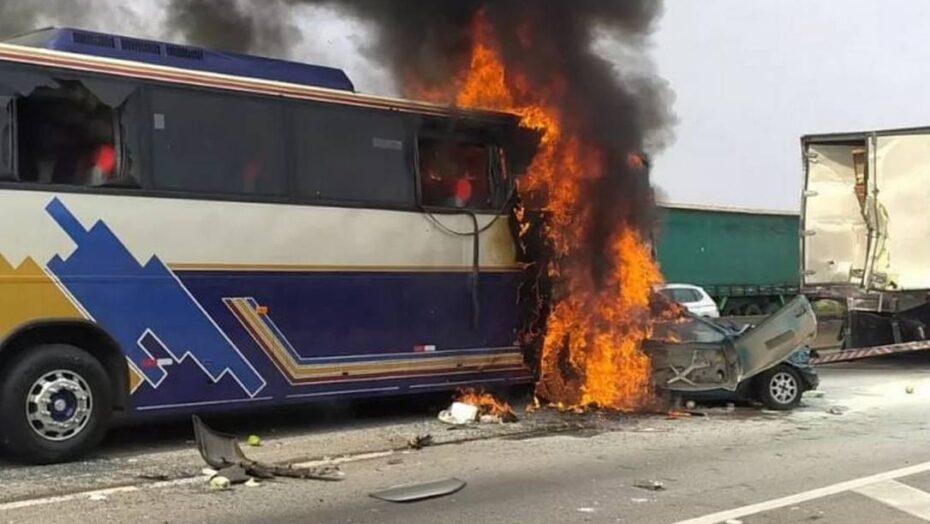 Passageiros pulam de ônibus pouco antes do veículo pegar fogo em acidente que fez seis mortos