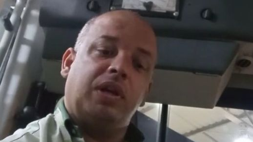 Motorista de ônibus retruca preconceito de passageira com deboche e diz que dirige 'dando pinta'
