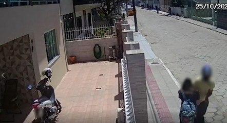 Homem finge tocar campainha e assalta adolescente