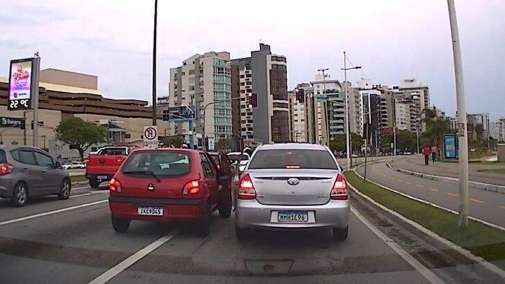 """Vídeo mostra motoristas perdendo controle e partindo para """"briga de portas"""" em meio ao trânsito: """"namastê"""""""
