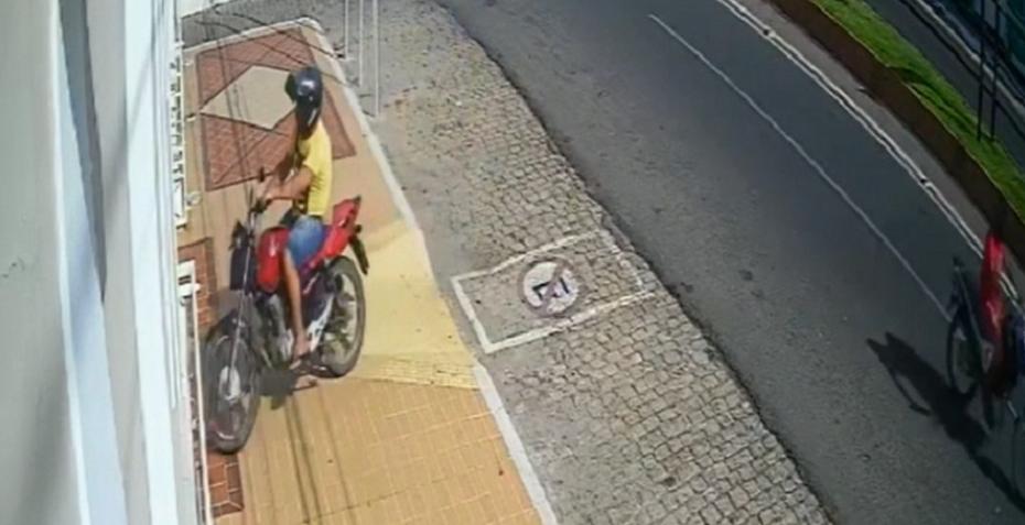 Homem joga moto sobre porta, invade prefeitura e é preso no interior do rn