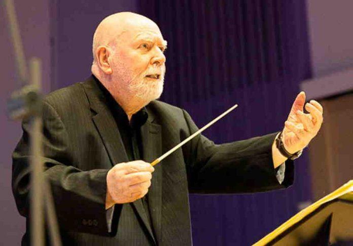 Pianista de 81 anos com demência realiza sonho de reger orquestra