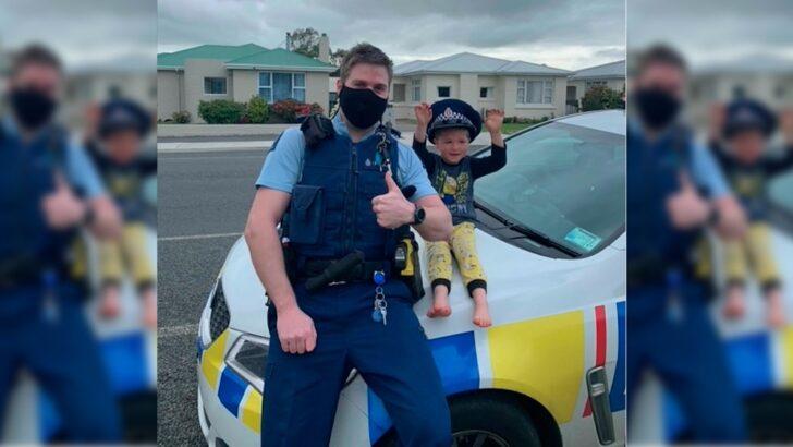 Criança de 4 anos liga para polícia na nova zelândia e diz que tem brinquedos para eles