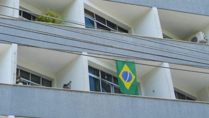 Bandeiras do brasil voltaram à moda: hoje, estão em carros e na fachada de apartamentos